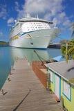 Zachodni Indies, Karaiby, Antigua, St Johns, Colourful budynek & statek wycieczkowy w porcie, Obraz Stock