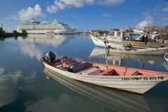 Zachodni Indies, Karaiby, Antigua, St Johns, statek wycieczkowy w St Johns schronieniu Zdjęcie Royalty Free