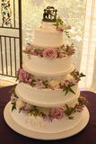 Zachodni ślubny tort z kwiatami Zdjęcie Royalty Free