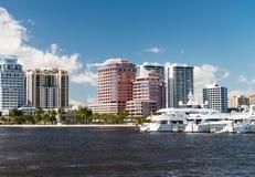 ZACHODNI palm beach FL, STYCZEŃ, - 2016: Pejzaż miejski na pięknym słońcu obrazy stock