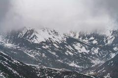 Zachodni Sichuan, Chiny, ?nie?ni g?ry chmury spadki obrazy stock
