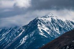 Zachodni Sichuan, Chiny, ?nie?ni g?ry chmury spadki fotografia royalty free