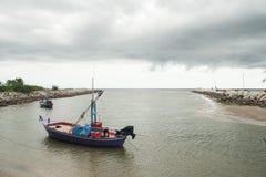 Zachodni zmierzchu jaśnienie na easterly chmurach przy plażą Um Zdjęcie Stock