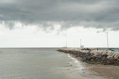 Zachodni zmierzchu jaśnienie na easterly chmurach przy plażą Um Zdjęcia Royalty Free
