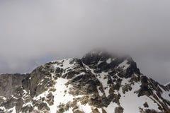 Zachodnia strona Tre Signori szczytowy szczyt wśród chmur, Orobie zdjęcia stock