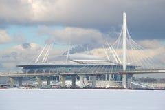 Zachodnia szybkościowa średnica i stadionu futbolowego ` Zenitu areny `, słoneczny dzień w Luty Widok od Fińskiej zatoki Obrazy Stock