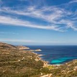 Zachodnie wybrzeże Corsica w kierunku Revellata latarni morskiej blisko Calvi fotografia stock