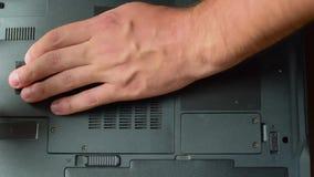 zachowań laptopu płyty głównej planów remontowy napraw specjalista Mężczyzna otwiera tylną pokrywę laptop z śrubokrętem zbiory wideo