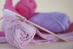 Zacht, baby roze garen voor het haken of het breien stock foto