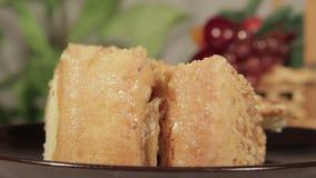 Zacht biscuitgebak met banaanlaag Eigengemaakt feestelijk dessert stock video