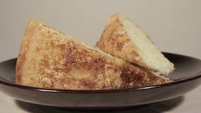 Zacht biscuitgebak met banaanlaag Eigengemaakt feestelijk dessert stock footage
