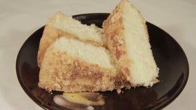 Zacht biscuitgebak met banaanlaag Eigengemaakt feestelijk dessert stock videobeelden