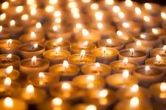 Zacht dromerig beeld van helder kaarslicht van het branden van thee licht c royalty-vrije stock afbeelding