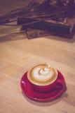 Zacht filterbeeld een kop van koffie op houten lijst met uitstekende ton Stock Foto