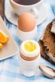 Zacht gekookt ei voor ontbijt Stock Foto's