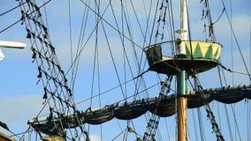 Zacht schommelend oud varend schip stock video