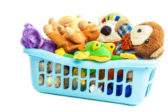 Zacht speelgoed in een plastic container Stock Foto's