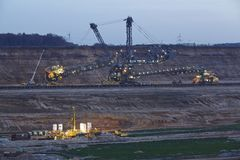 Zacht steenkool open - gegoten mijnbouw Hambach (Duitsland) - Roterend graafwerktuig stock fotografie