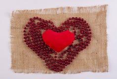 Zacht stuk speelgoed in de vorm van een hart in een verschillend hart Royalty-vrije Stock Afbeeldingen
