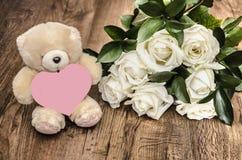 Zacht stuk speelgoed en boeket van rozen Royalty-vrije Stock Foto