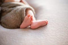 Zachte babyvoeten Verzacht vage achtergrond van de voeten en de hielen van pasgeboren royalty-vrije stock fotografie