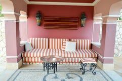 Zachte bank in een openluchtkoffie op de straat en een lijst voor thee in Arabische stijl met bogen royalty-vrije stock afbeeldingen