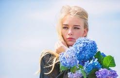 Zachte bloem voor gevoelige vrouw Zuivere schoonheid Tederheid van jonge huid De lentebloei Greep van het meisjes de tedere blond stock foto's