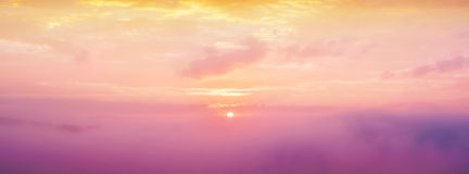Zachte de zonneschijnmist van de nadrukochtend op berglandschap, overzees van mist voor de winterachtergrond Royalty-vrije Stock Foto