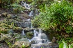 Zachte draperende waterval Stock Foto