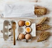Zachte gekookte eieren en volkorenbrood royalty-vrije stock afbeelding
