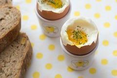Zachte gekookte eieren op wit geel gestippeld servet close-updetail stock foto's