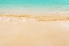 Zachte Golf op het Strand Zomer op lege tropische strandwi Royalty-vrije Stock Foto's