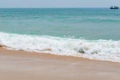 Zachte golf op zandig strand stock afbeelding