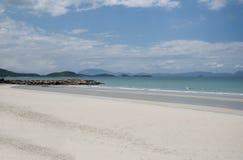 Zachte golf van blauwe oceaan op een zandig strand Met het onduidelijke beeld toning Stock Foto