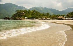 Zachte golf van blauwe oceaan op een zandig strand Met het onduidelijke beeld toning Stock Fotografie