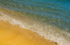 Zachte golf van blauwe oceaan op zandig strand Stock Foto