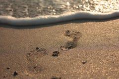 Zachte golf van blauwe oceaan op zandig strand Achtergrond royalty-vrije stock fotografie