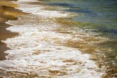 Zachte golf van blauwe overzees op zandig strand Achtergrond royalty-vrije stock afbeeldingen