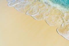 Zachte golf van het overzees op het tropische zandige strand Stock Fotografie