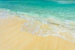 Zachte golf van het overzees op het tropische zandige strand Stock Afbeeldingen