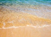 Zachte golf van het overzees op het zandige strand Royalty-vrije Stock Foto