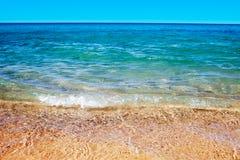 Zachte golf van het overzees op het zandige strand Royalty-vrije Stock Foto's