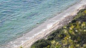 Zachte golf van het overzees op het zandige strand stock videobeelden
