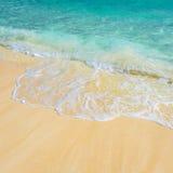 Zachte golf van het tropische overzees op het zandige strand Royalty-vrije Stock Afbeeldingen