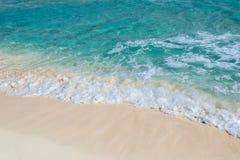Zachte golf van het turkooise overzees op het zandige strand Stock Foto