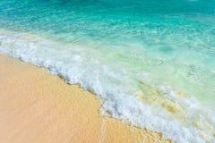 Zachte golf van het turkooise overzees op het zandige strand Natuurlijke summe Stock Afbeeldingen
