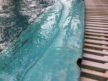Zachte golven die de poolrand raken stock afbeelding