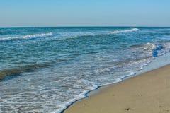 Zachte golven op het strand Stock Foto's