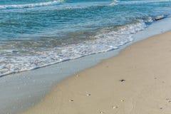 Zachte golven op het strand Stock Afbeeldingen