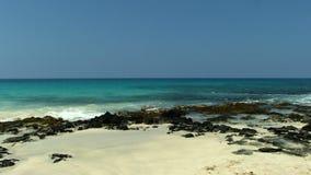 Zachte Golven op Zand en Zwart Lava Rock Shore Kona Hawaii stock video